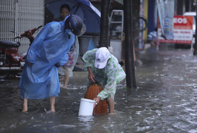 Heavy rain hit hard on Vietnams central coast - 4