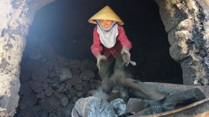 Families expend tons of energy making charcoal fuel in central Vietnam