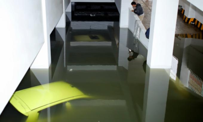 Heavy rains batter Vietnams central coast, flood city streets - 3