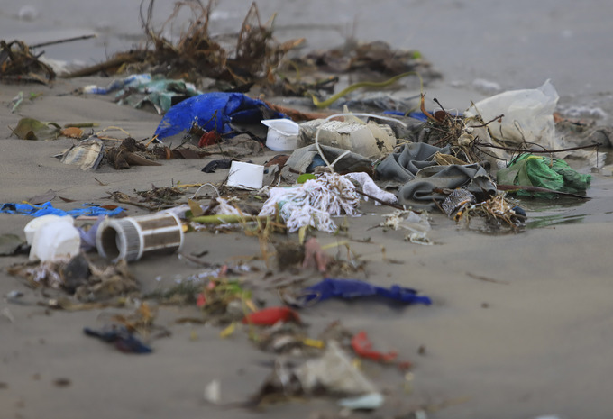 Tons of garbage blemish Vietnams central coast after severe flooding (to Hari) - 3