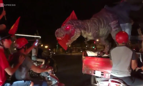 As Vietnam coming close to AFF championship, dinosaur joins the storm in Saigon