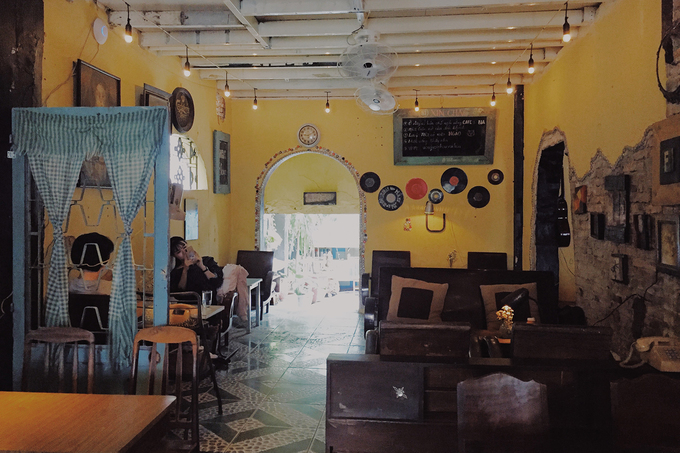 New antique café adds charm to downtown Saigon - 1