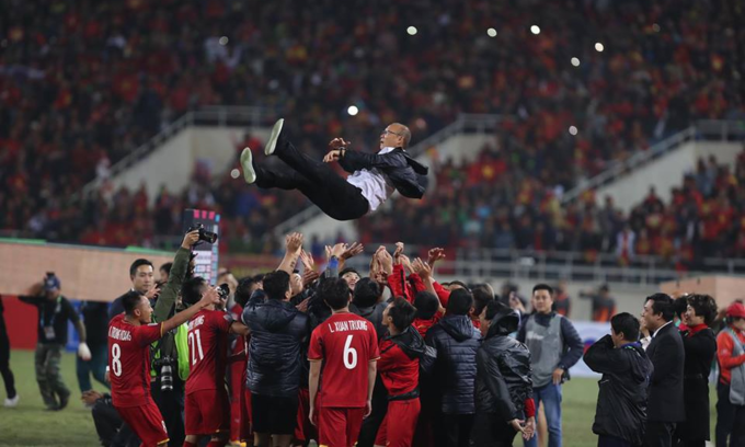 Vietnamese players throw coach Park Hang-seo in the air after team won AFF championship on December 15, 2018. Photo by VnExpress/Duc Dong