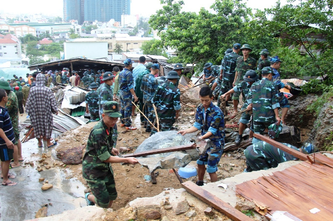 Hundreds of rescue workers were dispatched to areas affected by landslides in Nha Trang City, Khanh Hoa Province to look for victims possibly buried under rocks. Photo by VnExpress