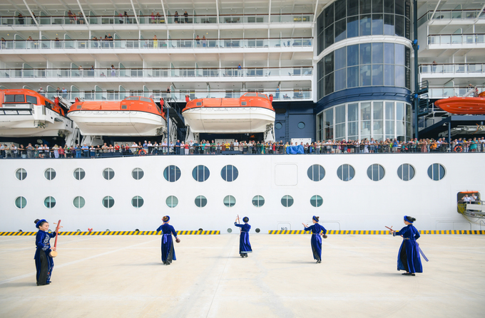 A traditional music performance to welcome the ship which docks at Ha Long tourist port.