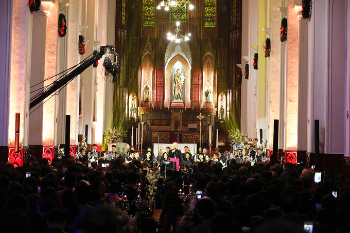 Hanoi Cathedral shines bright as Christmas Eve nears - 3