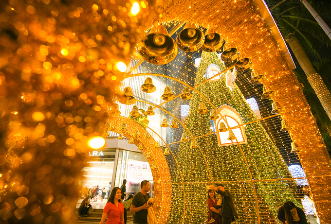 Splendrous Hanoi landmarks get set for Christmas Eve festivities - 3
