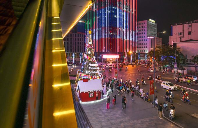 Splendrous Hanoi landmarks get set for Christmas Eve festivities - 5