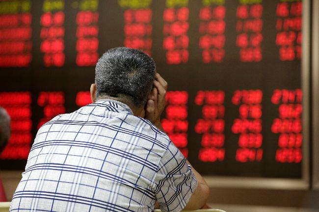 VN-Index falls below 900-point mark