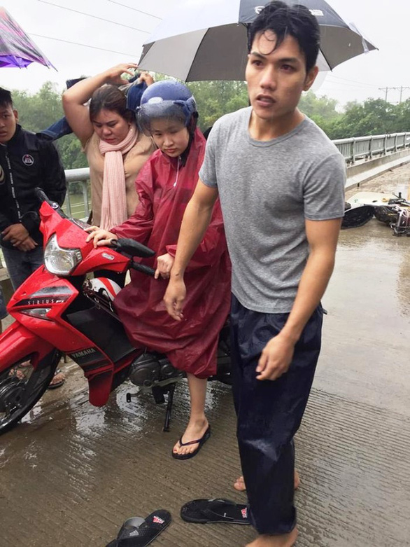 A photo shared on Facebook shows Bong got wet after jumping into the river to save a drwoning man.