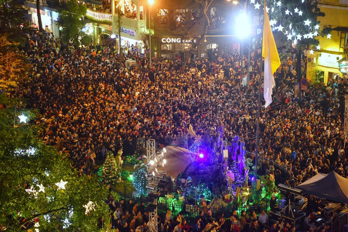 Major Vietnamese cities overrun by holiday crowds on