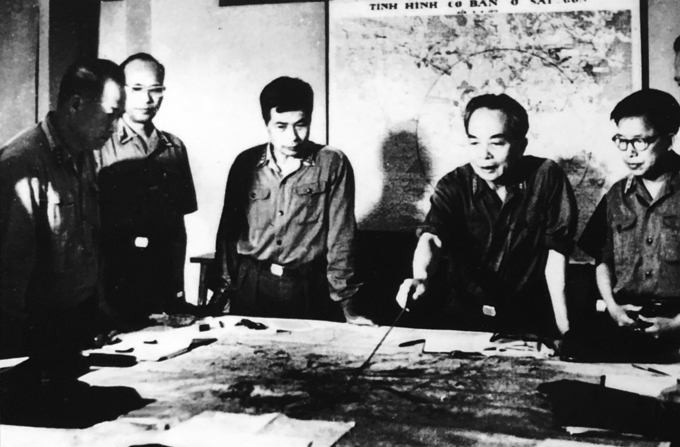 General Vo Nguyen Giap (second right) and other senior military officials in a discusion on the Saigon-Gia Dinh Liberation Campaign, April 1975. Photo acquired by VnExpress