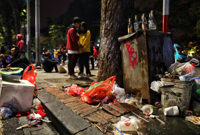 Hanoi pedestrian zone turn ugly with sea of garbage after New Years Eve - 1