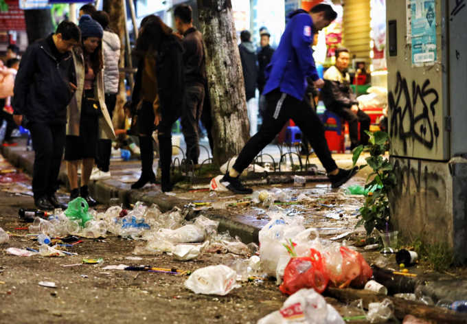 Hanoi pedestrian zone turn ugly with sea of garbage after New Years Eve - 5