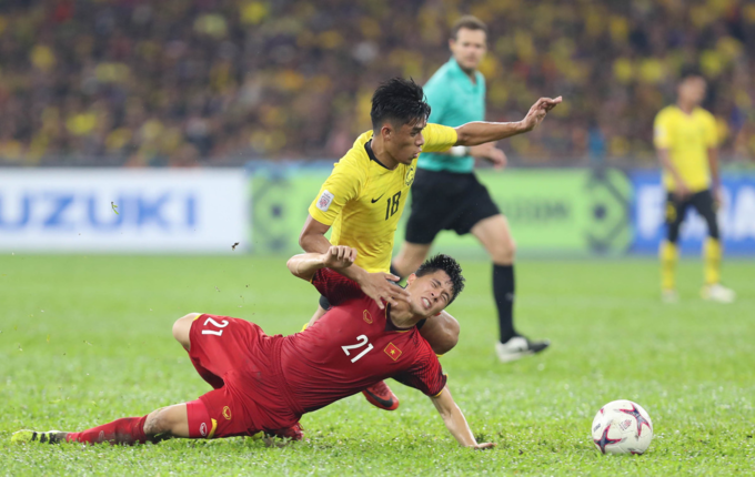 Tran Dinh Trong (in red) was playing in the first leg of the AFF Cup final against Malaysia. Photo by VnExpress/Duc Dong