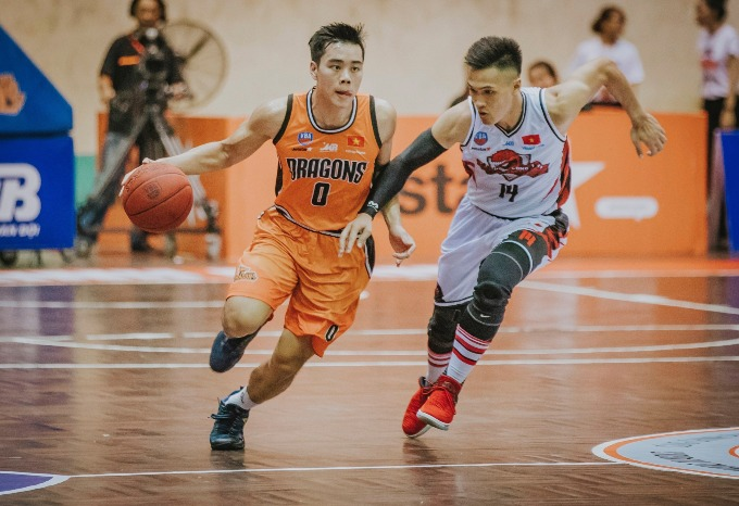 Horace Nguyễn (L), the leader of Da Nang Dragons, played in a match against Thang Long Warriors mùa giải VBA 2018. Photo courtesy of Da Nang Dragons