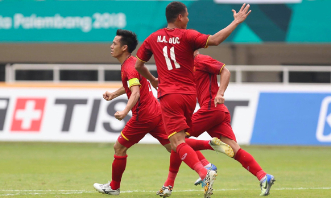 Nguyen Van Quyet (L) celebrates his goal. Photo by Duc Dong