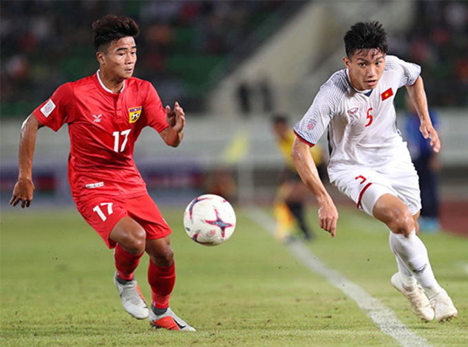 Doan Van Hau (R, in white) played in the match against Laos on November 8. Photo by VnExpress/Duc Dong