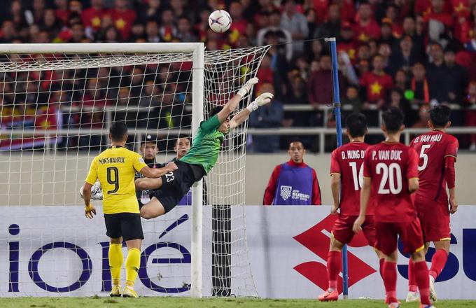 Goalkeeper Dang Van Lam saves a shot. Photo by Duc Dong/VnExpress.