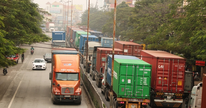 Container trucks, cars leave motorbike riders insecure in northern Vietnam