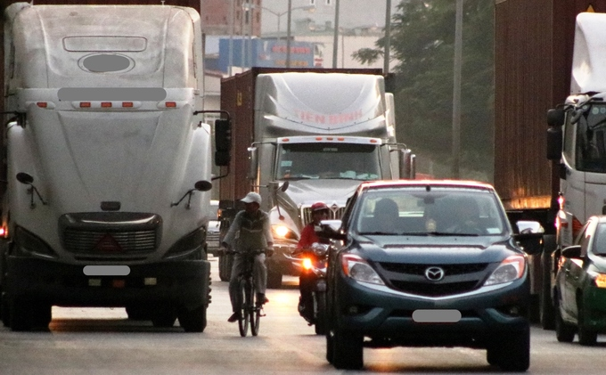 Container trucks, cars leave motorbike riders insecure in northern Vietnam - 8