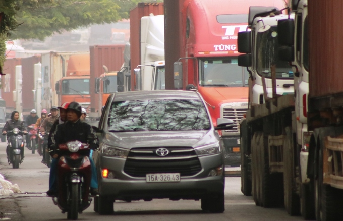 Container trucks, cars leave motorbike riders insecure in northern Vietnam - 1