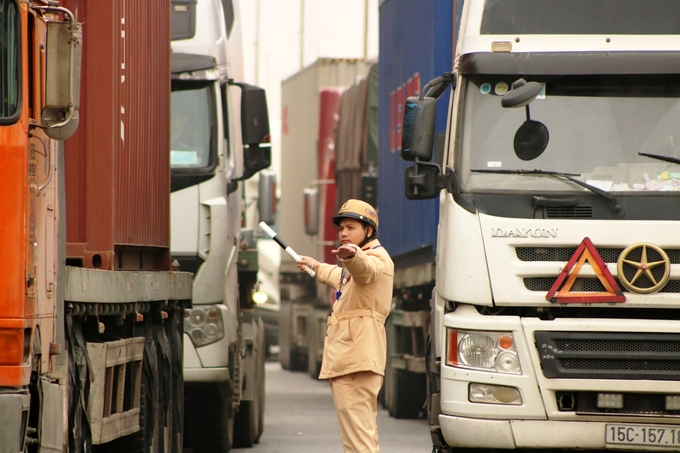 Container trucks, cars leave motorbike riders insecure in northern Vietnam - 4