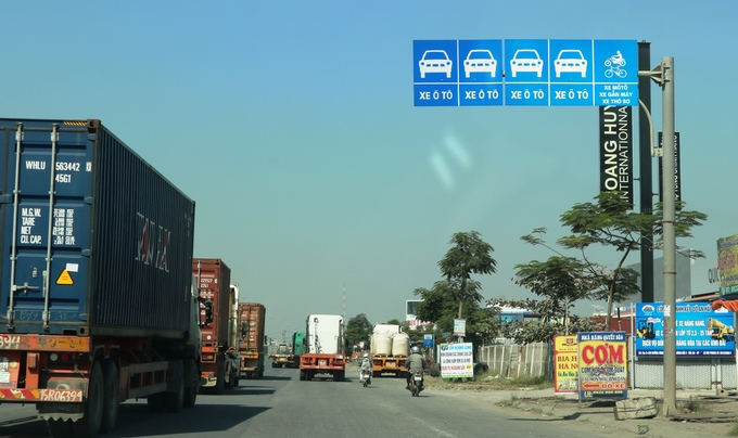 Container trucks, cars leave motorbike riders insecure in northern Vietnam - 6