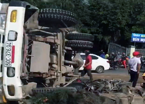 A truck fell on two motorbikes killing one person and injuring two others. Screenshot taken from a video acquired by VnExpress