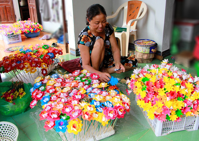 Villagers in Vietnams central region busy prepping paper flowers for Lunar New Year