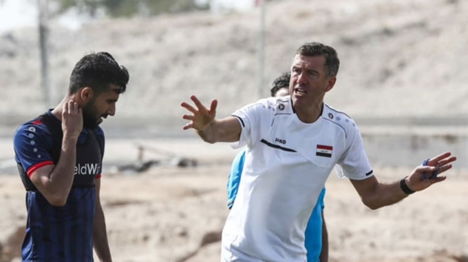 Iraq head coach Srecko Katanec on the training field with his players. Photo by VnExpress/Anh Khoa.