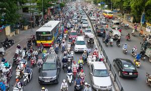 Traffic activism: bikes block bus encroaching opposite lane in Hanoi