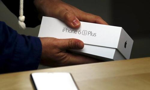 Two men jailed for smuggling 800 iPhones