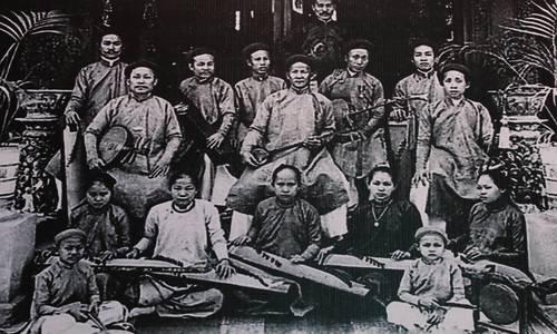 Saigon street exhibition honors Vietnam folk opera