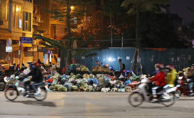 Many piles of garbage could be seen along many streets in Thanh Xuan, Nam Tu Liem, Ba Dinh and Long Bien District, waiting to be moved. Photo by VnExpress/Ngoc Thanh