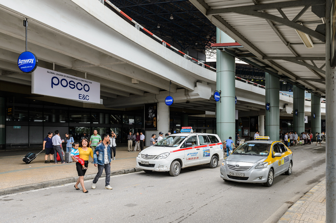 Unlicensed taxi operators assault Hanoi airport security staff
