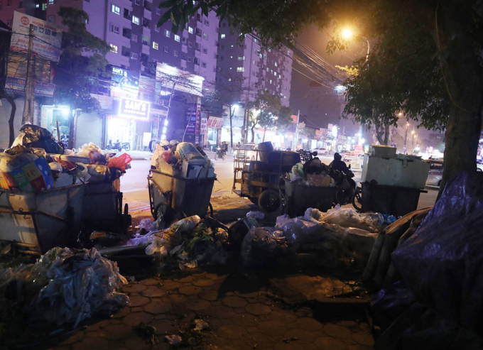 Carts full of trash stand across high-rise buildings on Phung Hung Street in Ha Dong District. Photo by VnExpress/Ngoc Thanh