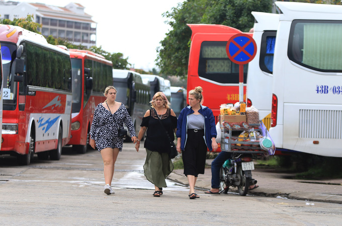 Popularity is its own enemy: Hoi An overrun by tourist buses - 1