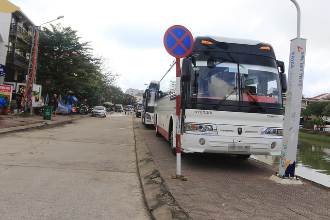 Popularity is its own enemy: Hoi An overrun by tourist buses - 3