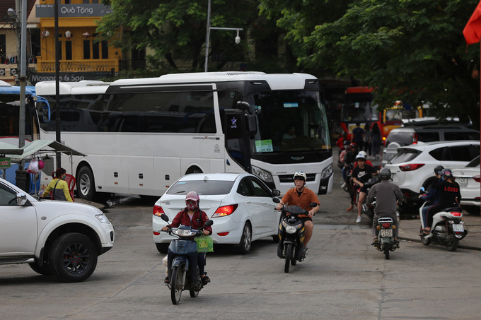 Popularity is its own enemy: Hoi An overrun by tourist buses - 6