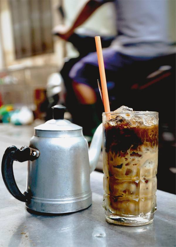 Try Chinese coffee with baguette in Saigon - 5
