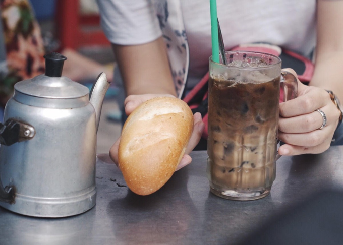 Try Chinese coffee with baguette in Saigon - 6