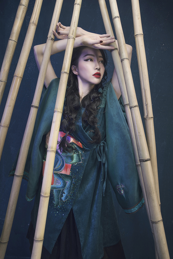 Heroic folk tale inspires Vietnamese designers latest collection Prominent Vietnamese designer Vu Viet Ha has come up with a new collection inspired by folk tale imagery.  - 1