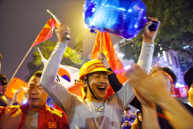 Nation goes gaga as Vietnam enters Asian Cup quarters - 4