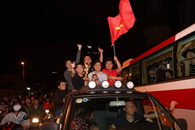 Nation goes gaga as Vietnam enters Asian Cup quarters - 3