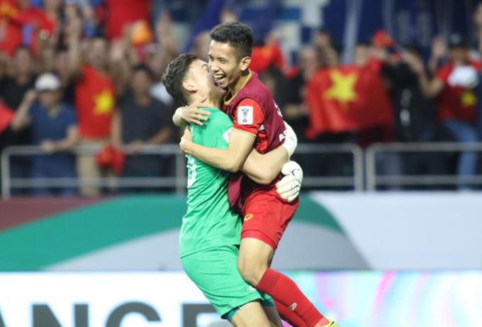 Dang Van Lam celebrates with his teammate Nguyen Phong Hong Duy. Photo by VnExpress/Anh Khoa.