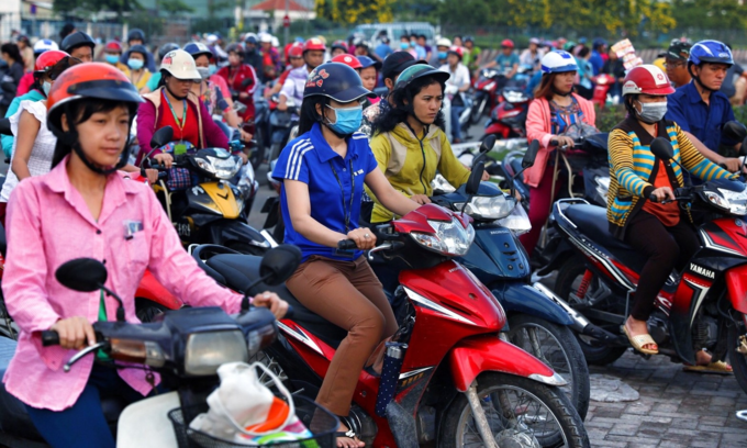 Vietnamese female workers of Tan Tao Industrial Park in Ho Chi Minh City on their way back home after work. Photo by VnExpress/Huu Khoa