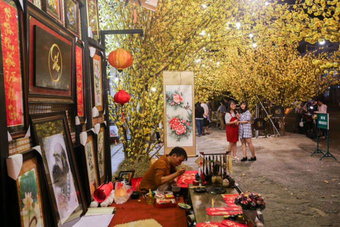 Writings and drawings draw thousands to a Saigon street