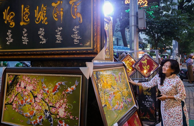 Writings and drawings draw thousands to a Saigon street  - 7