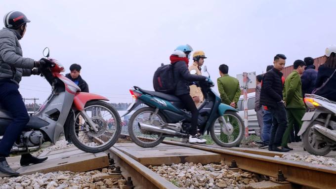 Death traps put pedestrians in Northern Vietnam in constant fear - 4